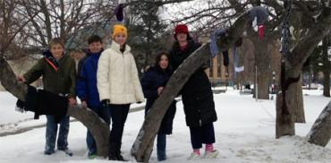 Adolescentes decoran Bronson Park con ropa destinada a la gente sin hogar