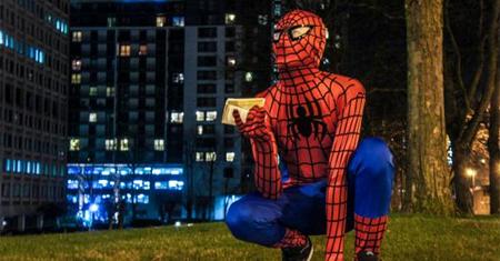 Un misterioso hombre araña reparte comida entre los hambrientos de Birmingham (UK)