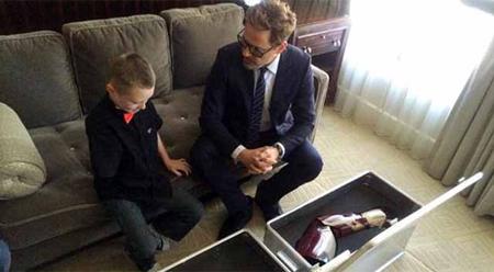 Robert Downey Jr. regala un brazo biónico a un niño que nació sin uno de sus brazos