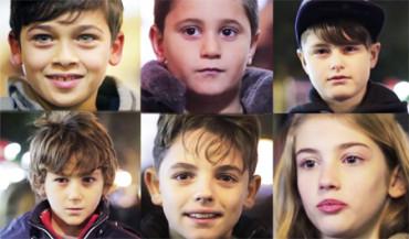 A estos niños se les pide que abofeteen a la niña. ¿Cómo reaccionarán?