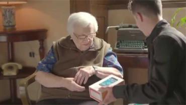 Ancianos reconectados a la tecnología con la ayuda de unos jóvenes