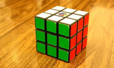 Un adolescente bate el récord mundial de cubo de Rubik: 5,25 segundos