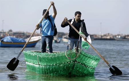 Jóvenes de Gaza crean una embarcación con botellas de plástico