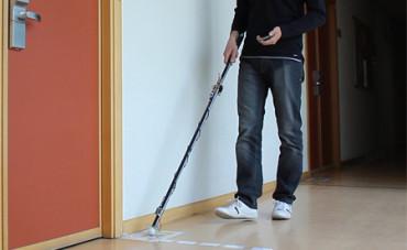 Una estudiante diseña un bastón inteligente para invidentes