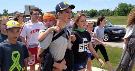 Camina 92 km transportando a su hermano para concienciar sobre la parálisis cerebral