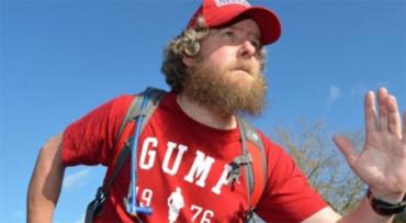 Corre 42 maratones disfrazado de Forrest Gump en memoria de un niño con síndrome de Cockayne