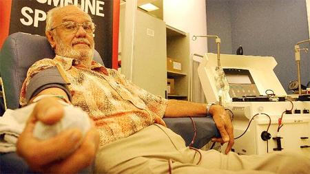 Conoce al hombre cuyas donaciones de sangre han salvado a millones de niños