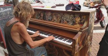 La maestría con el piano de este sin techo le ha permitido encontrar trabajo