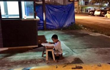 Una foto estudiando en la calle a la luz de un McDonald's consigue una beca para este chico