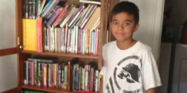 Cartero regala cientos de libros a un niño que no tiene dinero para comprarlos