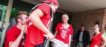 Bromeó pidiendo una banda musical para su última sesión de quimioterapia ¡y la tuvo!