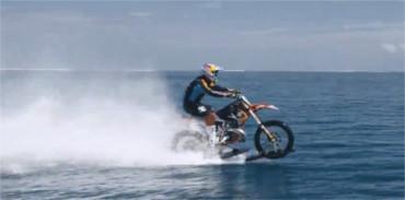 Haciendo surf sobre una motocicleta