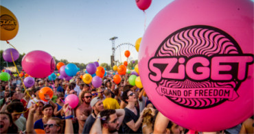 Los asistentes a un festival musical donan sus tiendas de campaña a refugiados