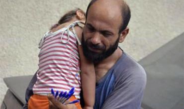 Más de 70.000 dólares para un padre refugiado sirio que vendía bolígrafos cargando con su hija
