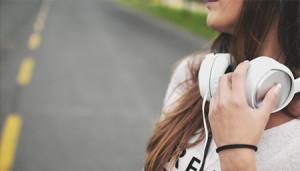 La OMS alerta sobre el riesgo de sordera por el uso de auriculares