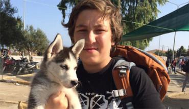 Un adolescente sirio huye a pie con su cachorro de husky