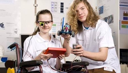 Adolescentes crean una silla de ruedas controlada con el movimiento del ojo