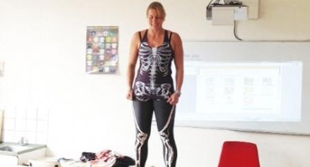 Profesora usa disfraces del cuerpo humano para enseñar anatomía a sus alumnos