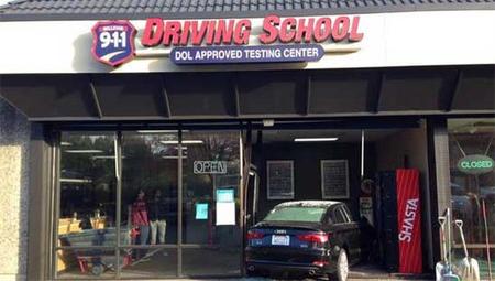 Estrella el coche de la autoescuela en su examen de conducir
