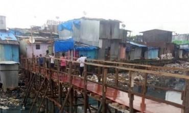 Adolescente construye un puente para que los niños no atraviesen un río lleno de basura