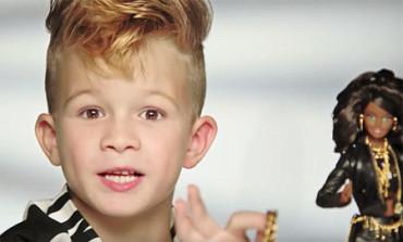 Por primera vez un niño aparece en un anuncio de Barbie