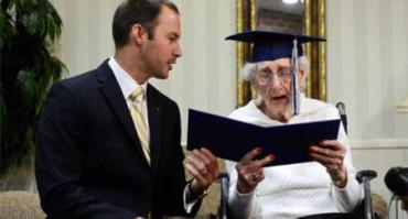 Obtiene el título de Secundaria con 97 años