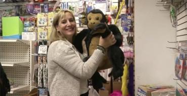 Compra todos los juguetes de una tienda para regalarlos a niños sin hogar