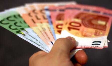 Tras encontrar 1.460 euros cuelga carteles para encontrar al dueño