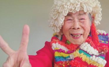 Con 93 años, triunfa en Instagram promocionando la ropa de su nieta