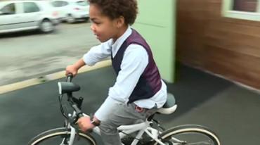 Recorre más de tres kilómetros en bicicleta por la noche para salvar a su padre