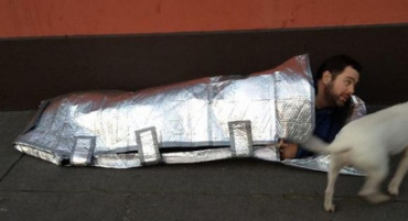 Joven crea sacos de dormir resistentes al agua y al fuego para personas sin hogar
