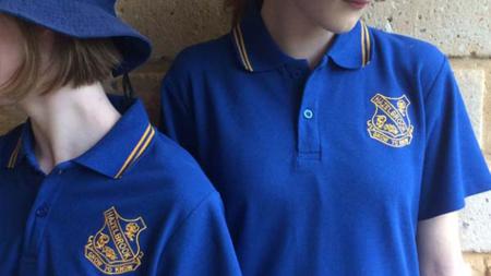 Escuela australiana adquiere uniformes hechos a partir de botellas de plástico