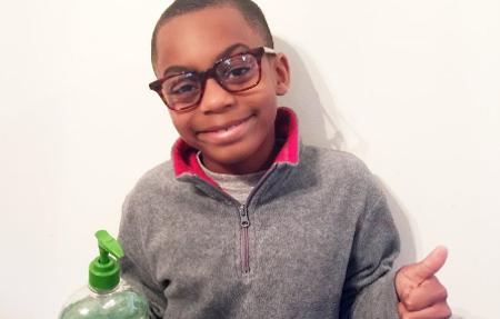 Niño de 7 años recauda dinero para ayudar a su escuela ante la crisis del agua en Flint