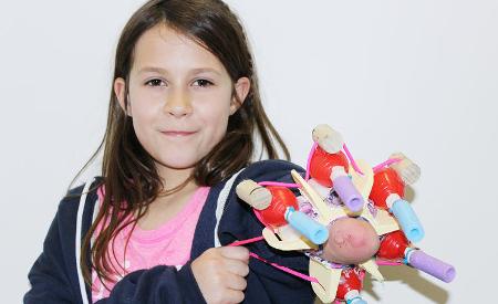 Conoce a la niña que creó su propio brazo protético