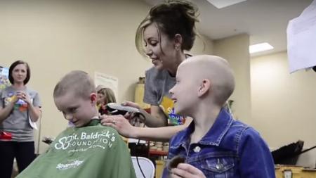 80 niños de un colegio se rapan el pelo para dar la bienvenida a una compañera con cáncer