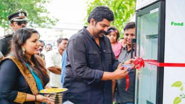 Restaurante instala una nevera en la calle para ofrecer comida gratis a necesitados