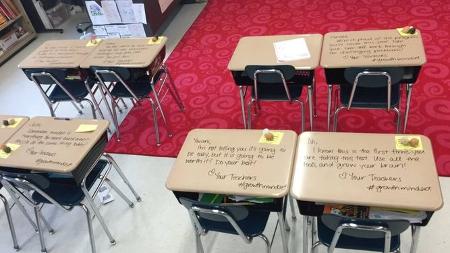 Profesora escribe mensajes de ánimo en los pupitres antes de un examen