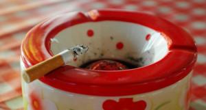 Quieren que fumar delante de los hijos se considere maltrato infantil
