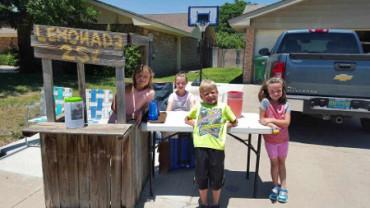 Una niña de 9 años vende limonada para recaudar dinero para su hermano enfermo