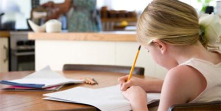 Expertos recomiendan que los niños escriban a mano