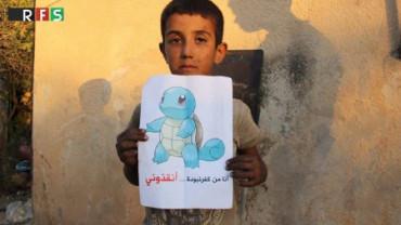 Niños sirios piden ayuda situándose tras dibujos de los Pokémon Go