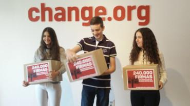 Joven de 14 años entrega al ministro de Educación 243.000 firmas contra las reválidas