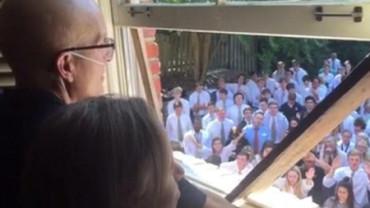 400 estudiantes homenajean a su profesor enfermo