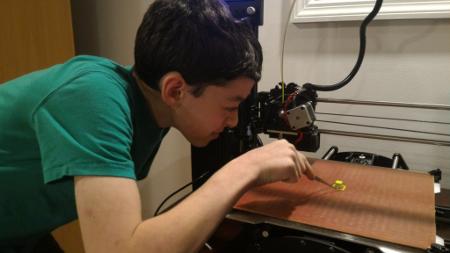 Chico de 14 años contruye un aparato comunicador para su amigo con lesión cerebral