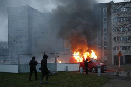 Un adolescente salva a una niña de un coche en llamas en los disturbios de París