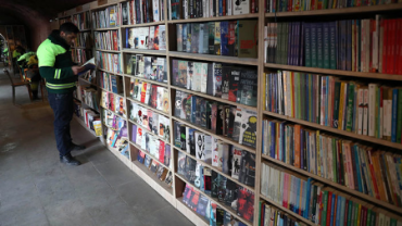 Un grupo de basureros crea una biblioteca con los libros desechados