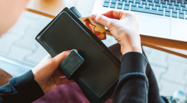 Un niño roba la tarjeta de crédito a su madre y se va a un hotel de Bali