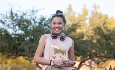 Niña lucha contra la fibrosis quística recaudando fondos con su marca de ropa
