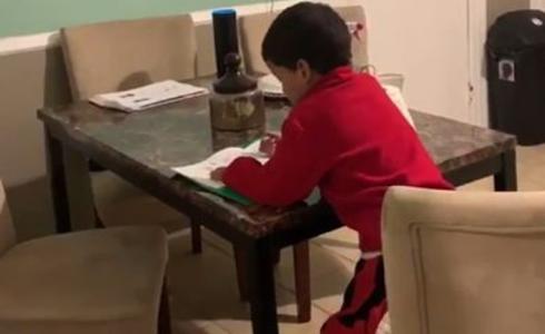 Niño 'pillado' pidiendo ayuda a Alexa para hacer sus deberes