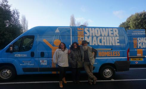 Crean en Reino Unido una ducha móvil para los sin techo